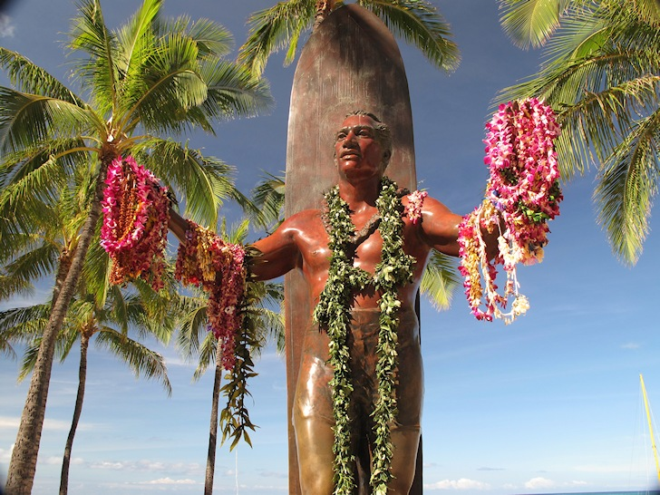 Duke Kahanamoku: the bronze statue erected at Waikiki | Photo: Luke H. Gordon/Creative Commons