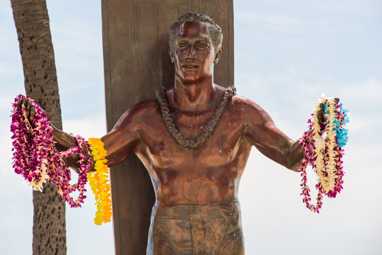 Duke Kahanamoku: the nine-foot bronze statue is installed in Honolulu, Hawaii | Photo: Shutterstock