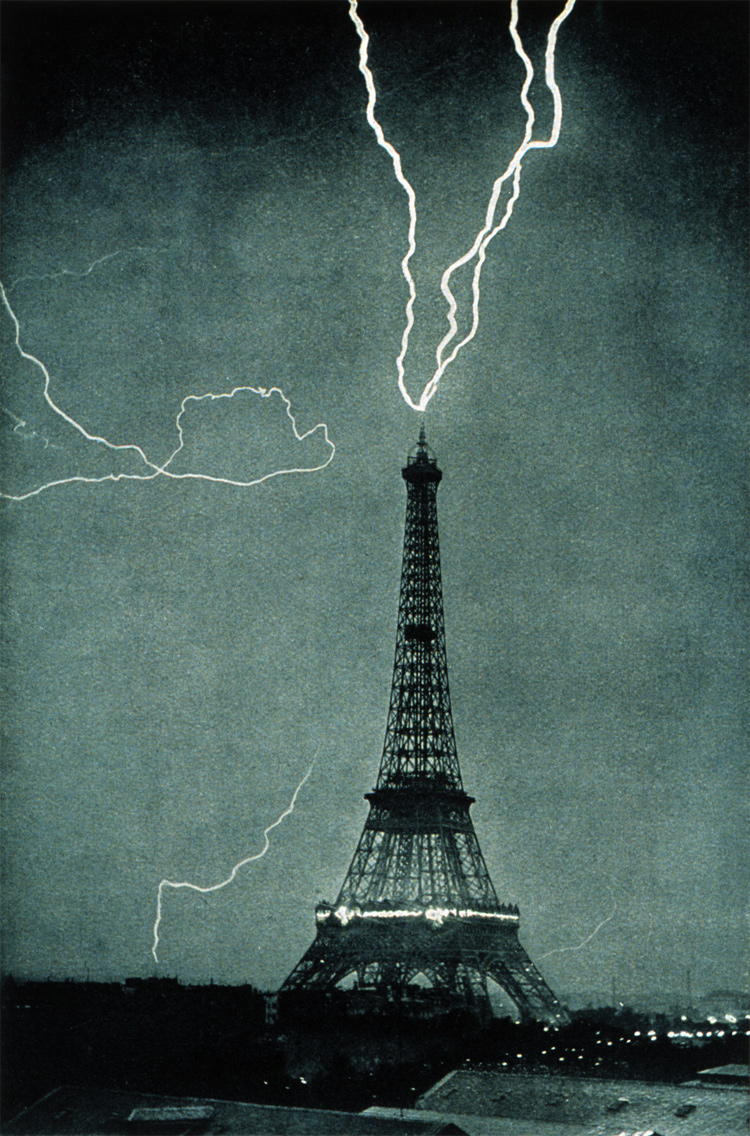 Paris, June 3, 1902: lightning striking the Eiffel Tower | Photo: Creative Commons