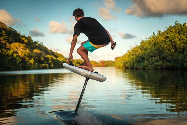 Electric hydrofoil surfboard: motor-powered foil boards are faster and perform sharper turns | Photo: Lift Foils