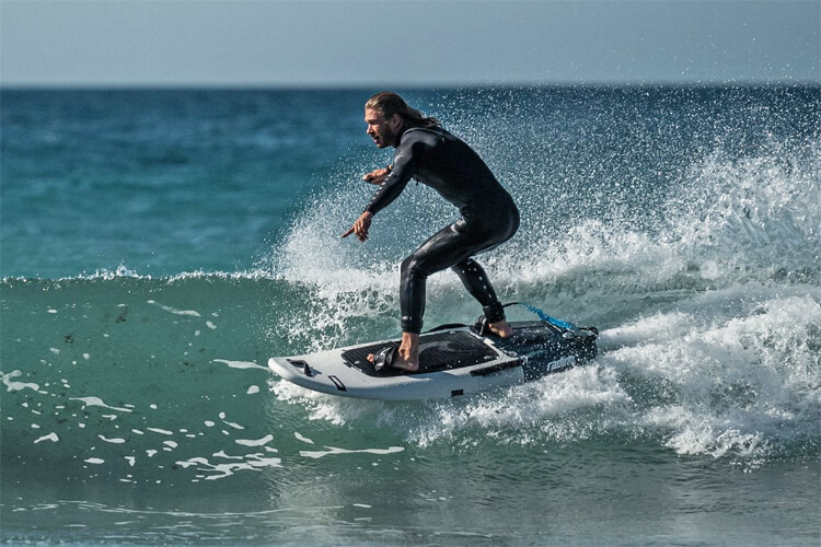 Electric surfboards: specially designed boards powered by lithium-ion batteries | Photo: Radinn