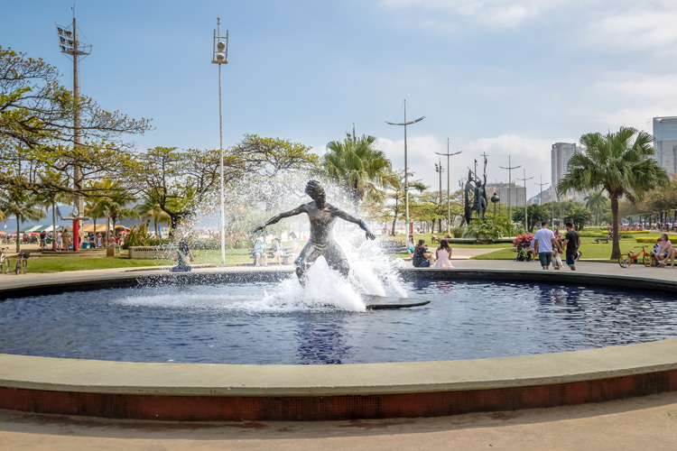 Estátua do Surfista: Praia do José Menino, Santos, Brazil | Photo: Shutterstock