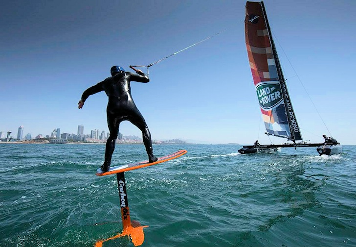 Foil kiteboarder and Land Rover Extreme 40: partners in speed