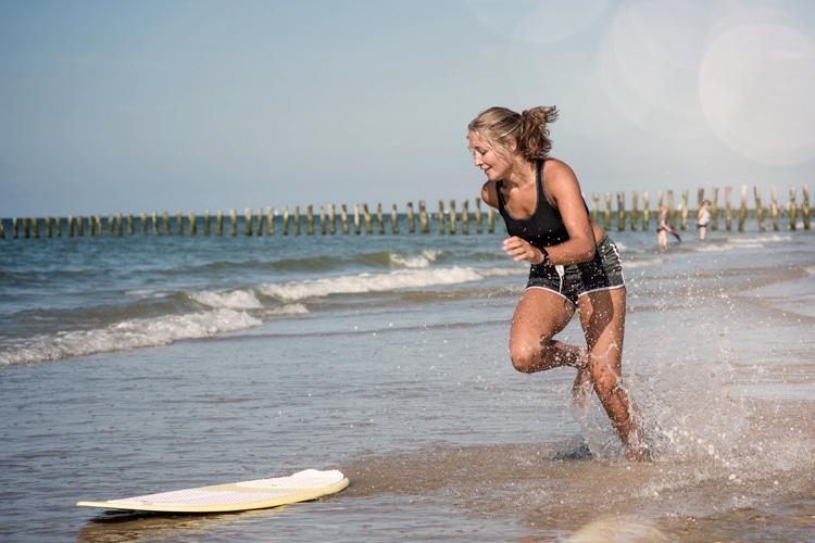 Skimboarders: wax helps you stick to your skimboard |  Photo: Shutterstock
