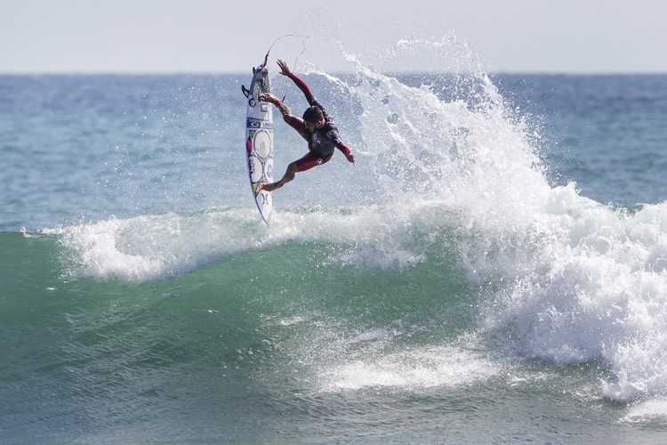 Filipe Toledo: a vertical approach at Lower Trestles | Photo: Rowland/WSL