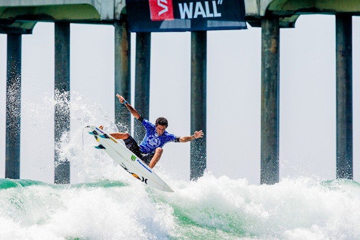 Filipe Toledo: he pulls airs in ankle high waves | Photo: Michael Lallande/US Open of Surfing
