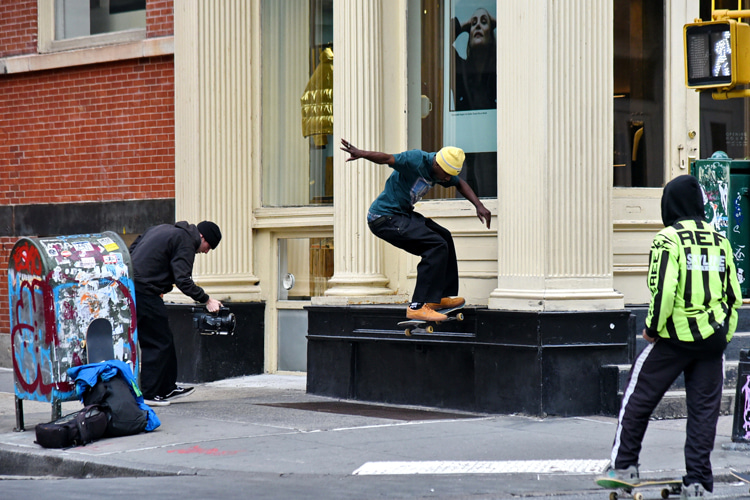 Skateboarding videos: always a adopt a low stance when filming a skateboard trick | Photo: Shutterstock