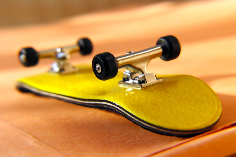 Fingerboard: a scaled-down 1:8 skateboard that is 3.9 inches (100 millimeters) long and between 1-to-1.3 inches (26-to-34 millimeters) wide | Photo: Creative Commons