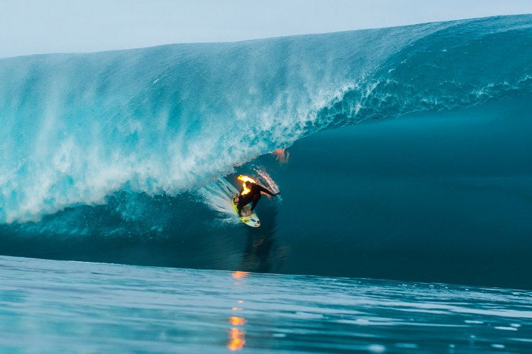 Jamie O'Brien: igniting Teahupoo | Photo: Red Bull