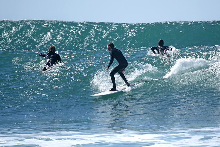 Wave sets: let the other ride the first wave | Photo: Bengt E Nyman/Creative Commons