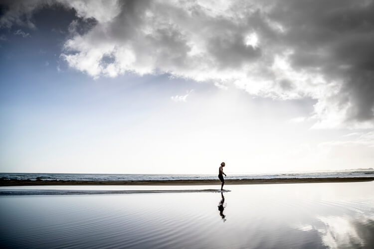 Skimboard: keep your knees relaxed and slightly bent in a squatting position |  Photo: Red Bull