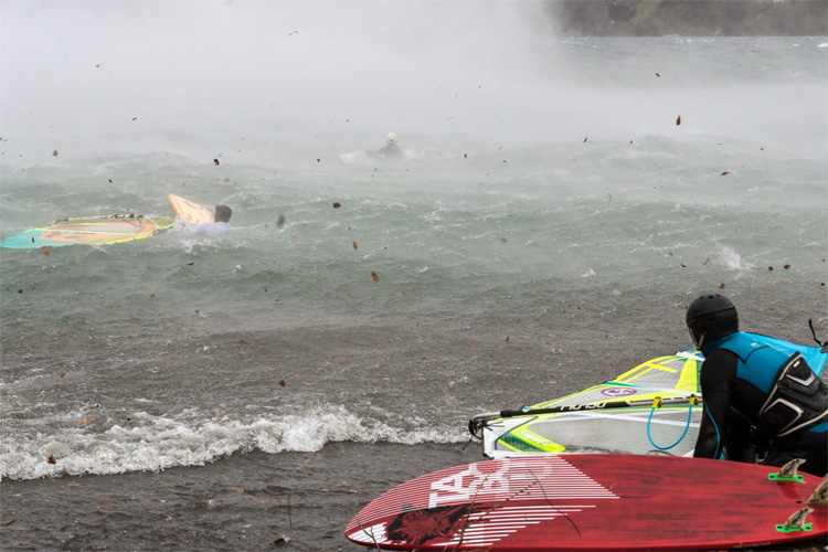 Lake Uri: Swiss windsurfers challenge the foehn storm | Photo: Tobias Calimero