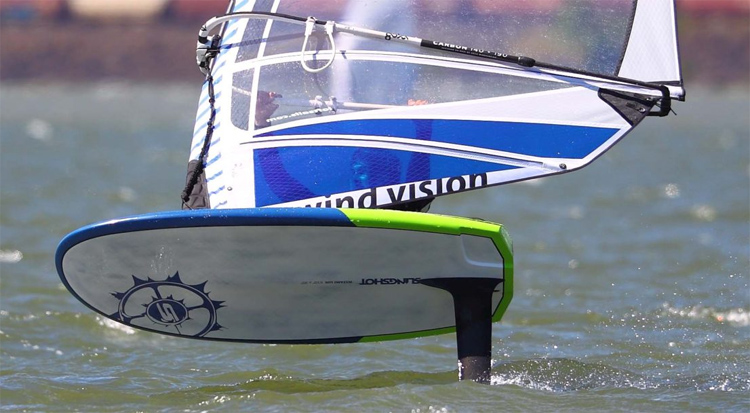 Foiling: train and balance your back and front foot pressures | Photo: Slingshot