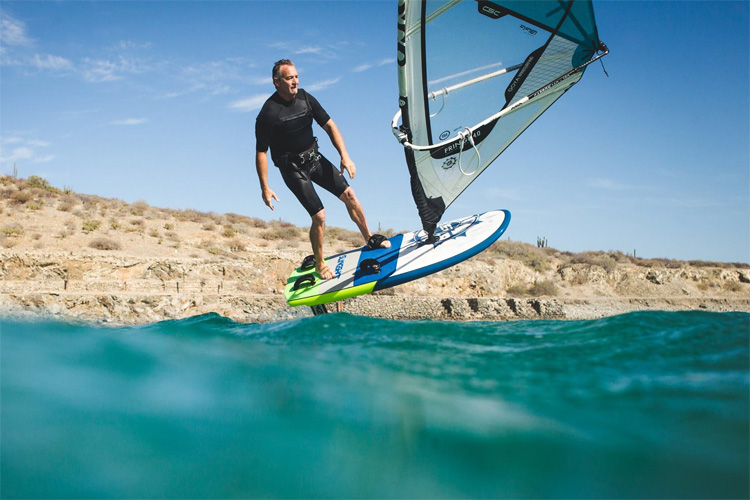 Foil windsurfing: cut through water | Photo: Slingshot