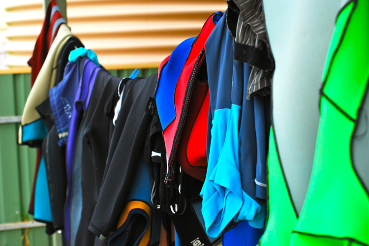 Wetsuits: folded them in half and let them dry under the shade | Photo: Seyfang/Creative Commons