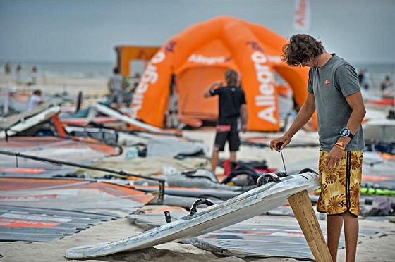 Formula Windsurfing: you should tune it with both hands