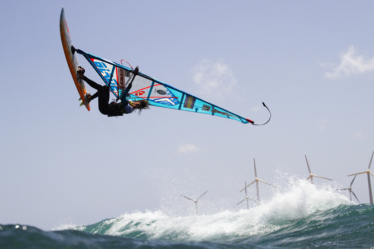 Forward loop in windsurfing: jump, look back and oversheet | Photo: Carter/PWA