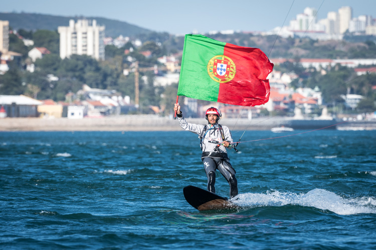 Francisco Lufinha: carrying the Portuguese flag as he reaches Lisbon | Photo: Kitesurf Odyssey