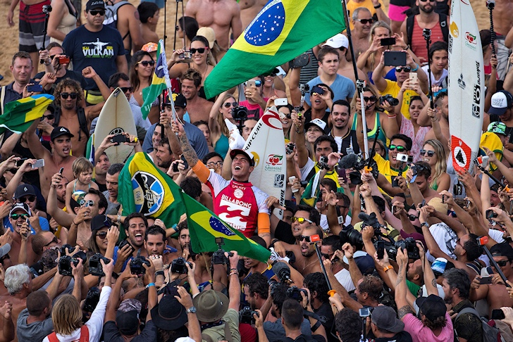 Gabriel Medina: Brazilian flags in Hawaiin sands | Photo: ASP/Cestari