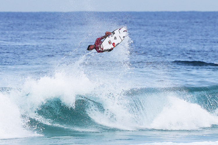Gabriel Medina: landing an incredible backflip | Photo: Smorigo/WSL