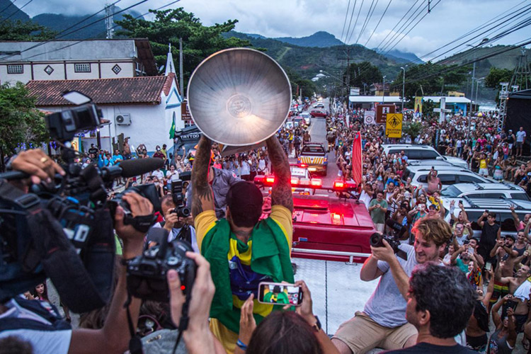 Gabriel Medina: he was surrounded by fans at his arrival in Maresias | Photo: Kaique Silva/WSL