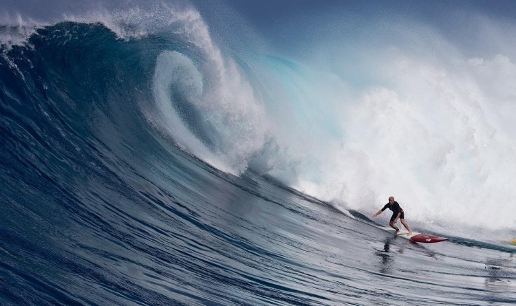 Gary Linden: surfing Jaws with a wild heart   Photo:WSL/Fred Pompermayer
