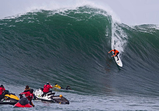Grant Baker: chasing Mavericks | Photo: Bruno Lemos/Billabong XXL