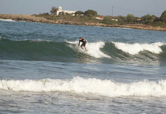 Surfing in Greece: 400 stoked guysin the country | Photo: surfingreece.piczo.com