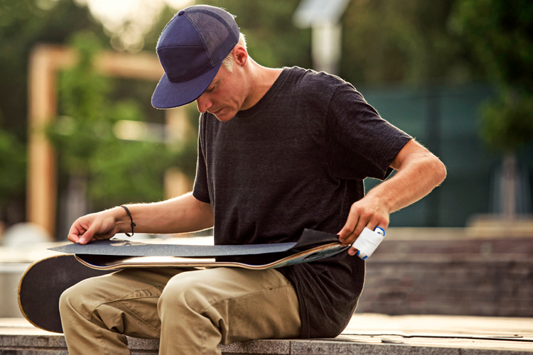 Gripping a skateboard: learn how to apply grip tape on a new or used deck | Photo: Red Bull