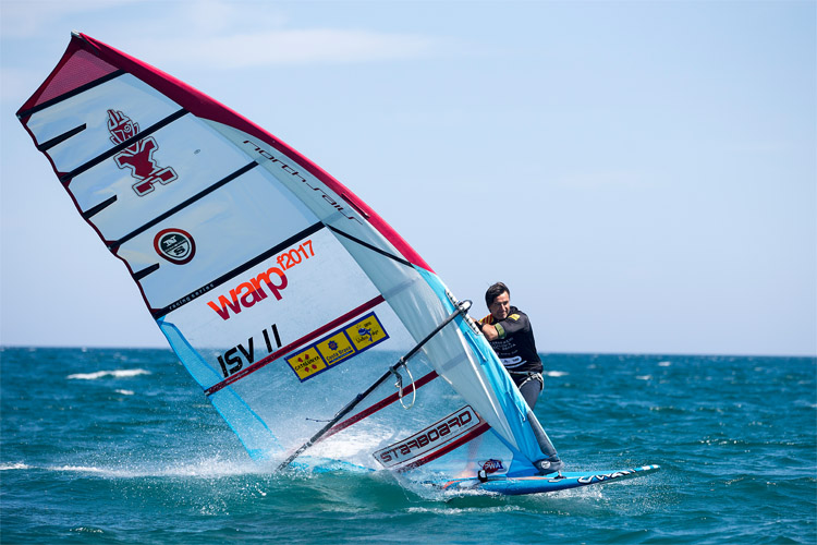 How to handle lulls and gusts in windsurfing