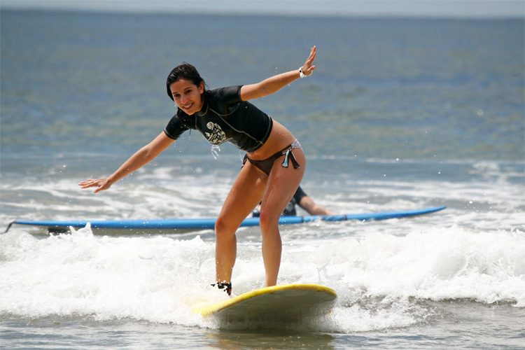 How to surf: she is learning very well | Photo: Una Ola Surf Camp