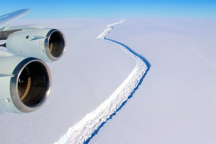 A68: one of the largest icebergs ever recorded broke away from Antarctica | Photo: NASA