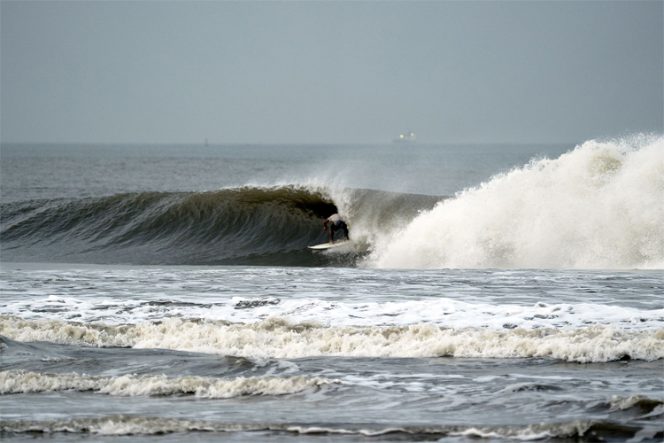 Aritz Aranburu: getting barreled somewhere in India | Photo: Aspuru