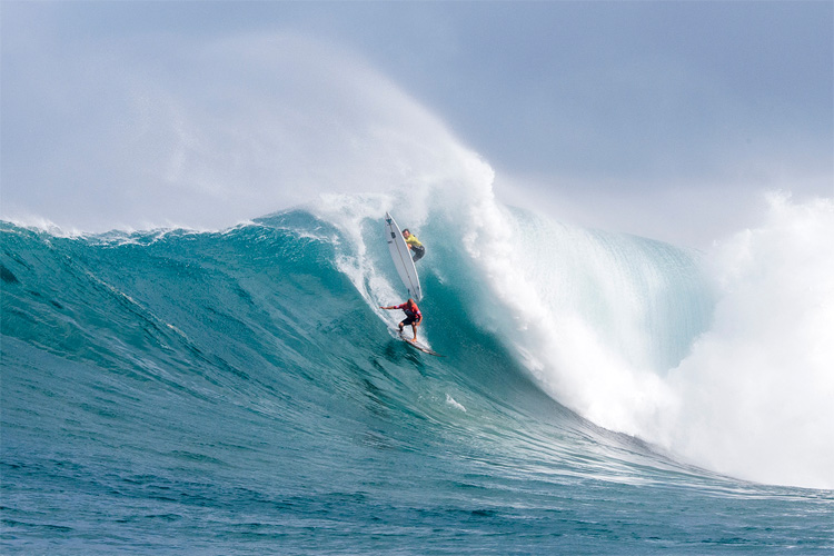Kelly Slater and Grant Baker: sharing a big one at The Eddie | Photo: Bielmann/WSL