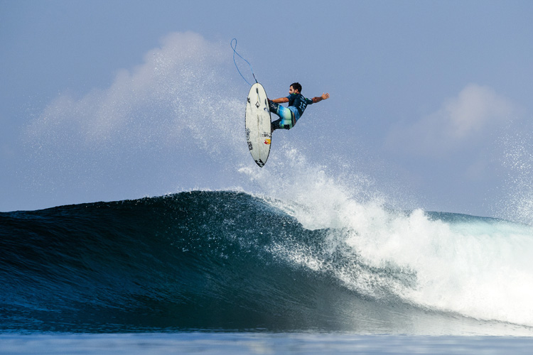 Italo Ferreira: getting airborne at Keramas | Photo: Cestari/WSL