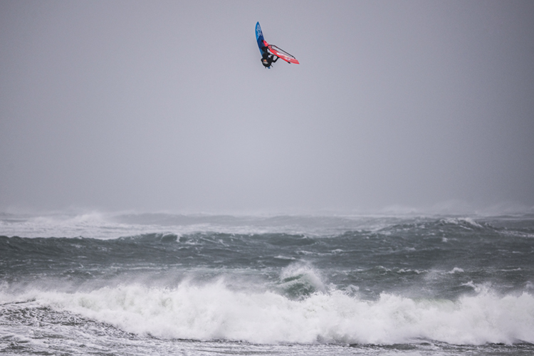 Jaeger Stone: hitting the skies of Ireland's Magheroarty Beach | Photo: Marko/Red Bull