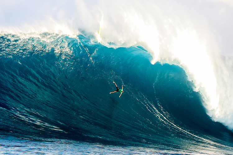 Peahi: Jamie Mitchell wipes out big time at Jaws | Photo: Miers/WSL