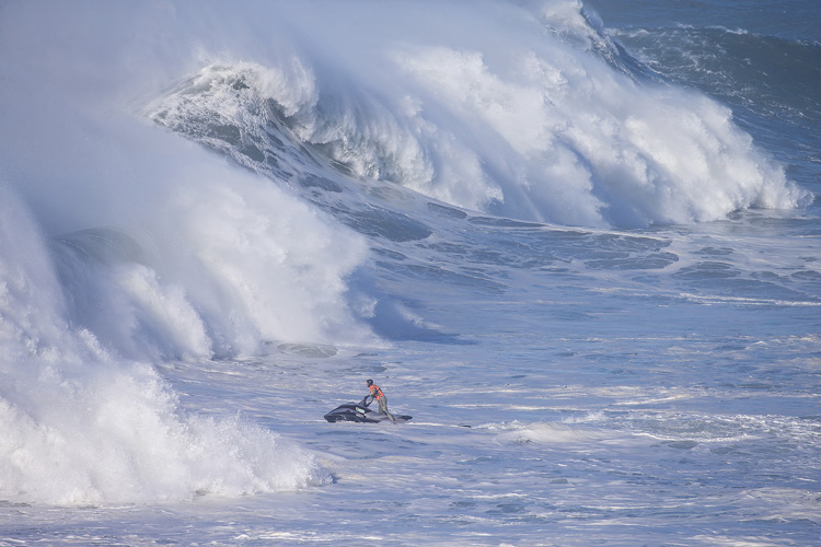 Nazaré: a jet ski may save a surfer's life | Photo: WSL