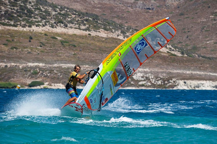 Jibing: learn how to bear away in a windsurfer | Photo: PWA/Carter