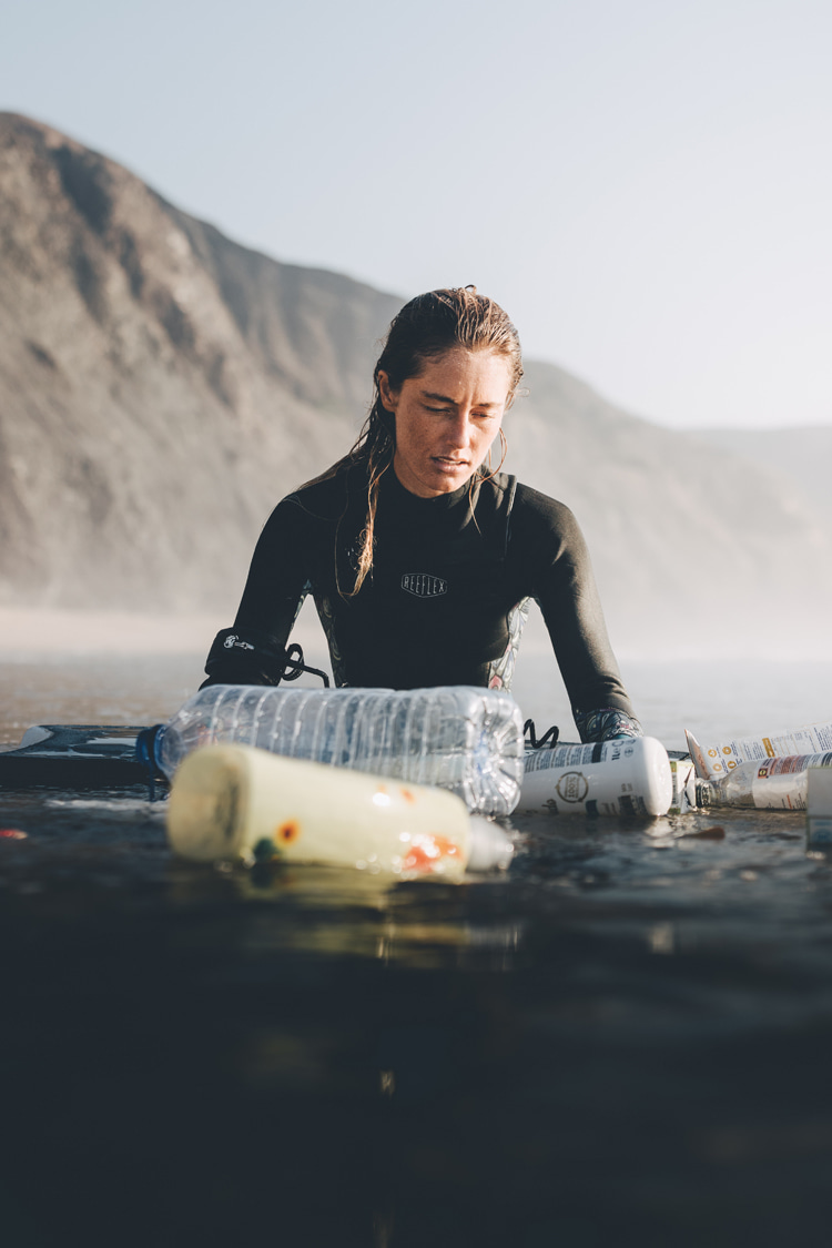 Plastic beach: Joana Schenker is raising awareness about ocean sustainability and maritime pollution | Photo: Micael Veras dos Santos