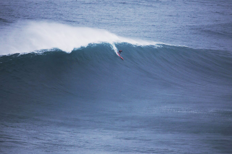 João de Macedo: paddle power at Nazaré | Photo: Botelho/WSL