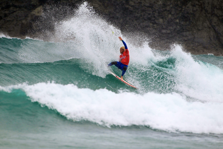 Jorgann Couzinet: applying back foot pressure in Pantin | Photo: Masurel/WSL