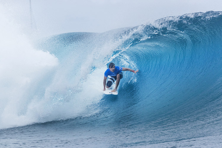 Julian Wilson: negotiating the barrel at Teahupoo | Photo: Cestari/WSL