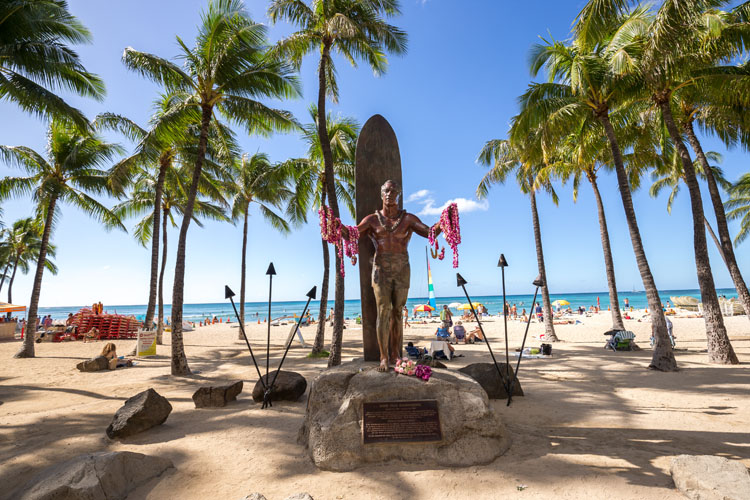 Duke Kahanamoku: the bronze statue in his honor is located in Waikiki, Honolulu, Hawaii | Photo: Shutterstock