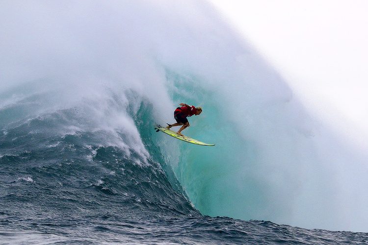 Keala Kennelly: dropping into the abyss at Jaws | Photo: WSL