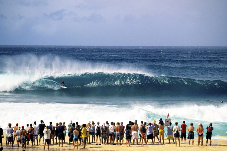 Kelly Slater: riding the barrel at the 2001 Pipeline Masters | Photo: Quiksilver