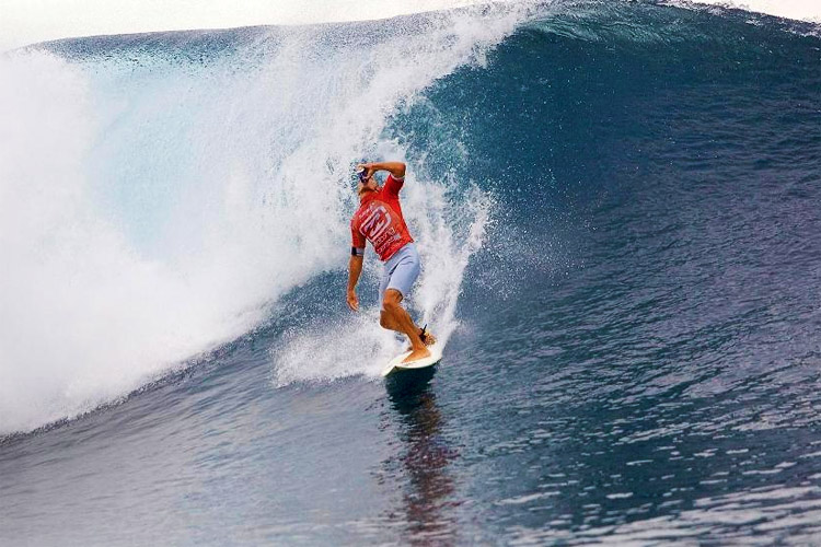 Kelly Slater: having a beer during his Perfect 20 heat at Teahupoo | Photo: ASP