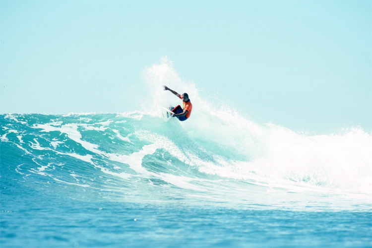 Kelly Slater: surfing for victory at the 1990 Body Glove Surf Bout | Photo: Balzer/Body Glove