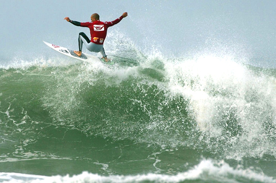 Kelly Slater beats Bernardo Miranda in the 2009 Hang Loose Santa Catarina Pro