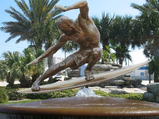 Kelly Slater: a bronze statue for his golden status